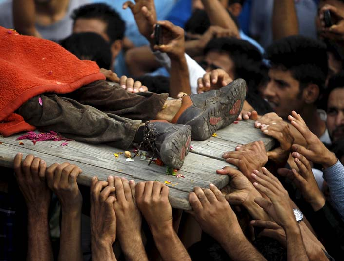 Kashmiri villagers carry the body of a suspected militant during his funeral in Kakapora village, south of Srinagar, August 7, 2015. PHOTO: REUTERS